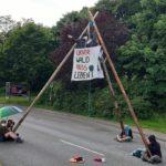 Ein Tripod und Menschen blockieren eine Straße
